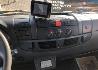 Camión de ocasión IVECO Eurocargo ML120E22/P, del año 2014, con 206.555km, automático con freno motor, aire acondicionado, cámara de visión trasera, caja cerrada de 7.7m, con puerta elevadora retráctil. Precio sin impuestos.
