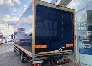 Camión de ocasión IVECO Eurocargo ML120E22/P, del año 2014, con 256.745km, automático con freno motor, aire acondicionado, cámara de visión trasera, caja cerrada de 7.7m, con puerta elevadora retráctil. Precio sin impuestos.