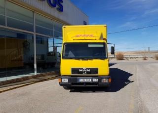 Camión MAN 8163 del año 2000, con caja paquetera y puerta elevadora.