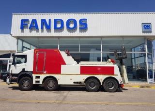 Camión marca Scania modelo P380, 8x4, con cambio manual, con tan solo 45.275km, del año 2006, equipado con equipo remolcador, dos cabrestantes.