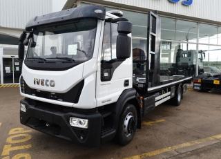 Camión IVECO Eurocargo ML150E28, carrozado con equipo portacoches y cuchara.