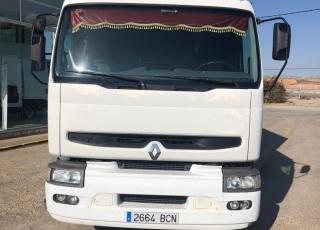 Camión RENAULT 300.26, 6x2 del año 2000 con 622.465km, con una caja semitauliner de 4.4x2.5x2.5m