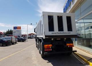 Camión dumper  Iveco ASTRA HD9 86.50 8×6,  eje delantero Kessler,  un motor CURSOR 13 de 500cv, cambio ASTRONIC con INTARDER  y con 35 Tn de capacidad de carga,   un tiempo de transporte más reducido,  un consumo de combustible menor  y un coste de transporte por tonelada más bajo.  De ahí que muchas explotaciones, al conocer las ventajas de estas unidades, estén  renovando su flota por este tipo de camiones.  - Motor Cursor 13, 500cv - Cambio Astronic 16v con Intarder - Eje delantero KESSLER. - Caja transfer STEYR VG2700 - Neumáticos Michelin 325/95R24 - Aire acondicionado. - Visera. - Avisador acústico marcha atrás. - Barras estabilizadoras en todos los ejes. - Espejos eléctricos y calefactados. - Asiento con suspensión neumática. - Ventanas traseras en cabina. - Radio Bluetooth. - ABS y ASR of-road. - 5º punto de sujeción del cambio. - Escalón de inspección. - Protector del radiador. - Sistema de adblue calefactado. - Camara trasera con pantalla en cabina.  Camión caja volquete CANTONI de 20m3.