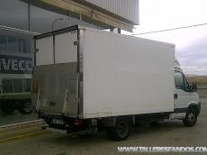 IVECO 35C15, del año 2010, solo 120.400km, con caja paquetera de 20m3, con puerta elevadora.  Equipada con aire acondicionado, elevalunas eléctricos, radio CD