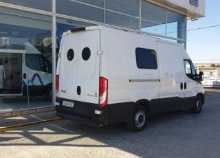 Furgoneta de ocasión,  IVECO Camper, Modelo  35S15V de 12m3, Año 2015, con 145.000km,  Equipamiento CAMPER personalizado, 3 plazas, cama, nevera, cocina, ducha...