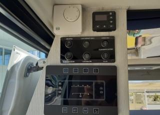 """Furgoneta nueva,  IVECO Camper, Modelo  35S16A8V de 12m3, Con cambio automático Hi Matic de 8 velocidades.  IVECO Daily Camper, una de las opciones más amplias del segmento con un espacio habitable de 12 metros cúbicos, con una longitud de 6 metros y una altura interior de 1,9 m. No obstante, estas dos últimas cifras pueden crecer hasta los 2,1 m de altura y 18 m3 de capacidad. Su carrocería presenta una amplia puerta corredera en el lateral derecho, escalón posterior y unas puertas traseras con apertura de 270º, sin olvidarnos de un habitáculo plano sin obstáculos. Su configuración polivalente permite que hasta 4 pasajeros viajen y pernocten en ella, con dos camas de matrimonio desmontables.  Toma como base la Daily destinada para uso profesional con mecánica diésel 2,3 litros Heavy Duty de 156 CV y 380 Nm de par motor, y cambio automático de 8 velocidades Hi Matic, destacando por ser una de las furgonetas con mayor maniobrabilidad del segmento.  Asimismo, cuenta con diversas ayudas sumamente interesantes para quienes no están acostumbrados a conducir este tipo de vehículos, como es por ejemplo el asistente de viento lateral.  Respecto a su interior, dice la marca que ha empleado materiales ligeros y duraderos basados principalmente en varios tipos de plásticos. Así pues, nos encontramos con un espacio capaz de albergar a cuatro huéspedes perfectamente equipado. La parte trasera se ha pensado de forma modular, pues cumple las funciones de dormitorio con una litera compuesta por dos camas de matrimonio de 198 x 130 cm con un baúl de almacenaje, comedor para esas cuatro personas, así como maletero con capacidad suficiente para guardar en él unas bicicletas o una pequeña motocicleta.  Dispone también de un baño completo con inodoro, lavabo y ducha, además de una cocina con dos fuegos, fregadero de un seno y nevera-congelador de 75 litros, estando todas las """"estancias"""" perfectamente iluminadas gracias a las tres claraboyas y una iluminación interior 100 % LED. En cuant"""