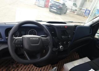 Furgoneta nueva IVECO 35C16H 3l 3450 MY2019 en chasis  con el siguiente equipamiento: - DEPÓSITO DE COMBUSTIBLE DE 100 LITROS. - AIRE ACONDICIONADO MANUAL. - DIGITAL  RADIO (DAB)  (Mandos al volante incluidos). - PUERTO USB PARA CARGA. - SALPICADERO COMFORT. - RUEDA DE REPUESTO. - ASIDEROS EN CABINA. - AVISADOR ACÚSTICO DE MARCHA ATRÁS. - BALLESTA SEMIELÍPTICA CON REFUERZO DE BALLESTÍN. - CAJA TELEMÁTICA. - PANTALLA TFT DIGITAL (CLUSTER). - SOPORTE DE RUEDA DE REPUESTO. - DIRECCIÓN ASISTIDA ELECTRICA - AIRBAG CONDUCTOR.