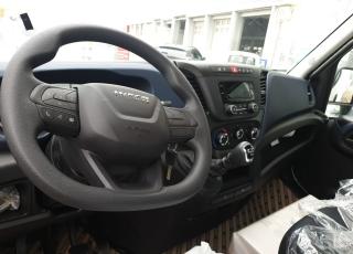 Furgoneta nueva IVECO 35S16H 3l 3750 MY2019 en chasis  con el siguiente equipamiento:  - DEPÓSITO DE COMBUSTIBLE DE 100 LITROS. - AIRE ACONDICIONADO MANUAL. - DIGITAL  RADIO (DAB)  (Mandos al volante incluidos). - PUERTO USB PARA CARGA. - RUEDA DE REPUESTO. - CAJA TELEMÁTICA. - DIRECCIÓN ASISTIDA ELECTRICA - AIRBAG CONDUCTOR. - RUEDA SENCILLA EN EJE TRASERO.  Carrozada con caja abierta de 4.40x 2.02m interior.