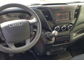 Furgoneta nueva IVECO Daily 70S18HWX, 4x4, de 7tn, 180cv, equipada con: - Asiento conductor con suspensión. - Climatizador automático - Radio Iveco Conect - Mandos en el volante. - Cruise Control. - Avisador acústico marcha atrás.