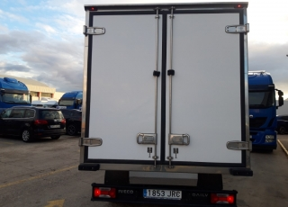 Furgoneta de ocasión Marca IVECO  Modelo 35C13  Del año 2016 Carrozada con caja frigorífica enchufable.