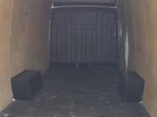 Furgón de ocasión IVECO Daily 35S13V de 15m3, del año 2011, con 132.683km, con climatizador, radio cd, elevalunas eléctricos, zona de carga protegida con tablero finlandes en el suelo y paneles de madera en las paredes.