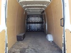 Furgón de ocasión IVECO Daily 35S13V de 16m3, del año 2014, con 76.129km, con climatizador, radio cd, elevalunas eléctricos, zona de carga protegida con tablero finlandes en el suelo y paneles de madera en las paredes.