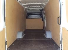 Furgón de ocasión IVECO Daily 35S13V de 16m3, del año 2015, con 74.773km, con climatizador, radio cd, elevalunas eléctricos, zona de carga protegida con tablero finlandes en el suelo y paneles de madera en las paredes.