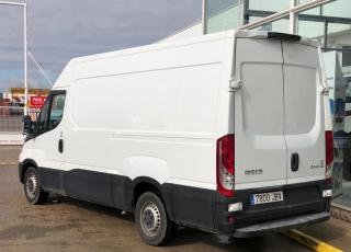 Furgón de ocasión IVECO Daily 35S13V, de 12m3, del año 2014, con 155.165km, revisada, con mantenimientos y con garantía de cadena cinemática.
