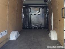 Furgón de ocasión IVECO Daily 35S14V de 12m3, del año 2010, con 96.561km, con climatizador, radio cd, elevalunas eléctricos, zona de carga protegida con tablero finlandes en el suelo y paneles de madera en las paredes.