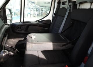 Furgón de ocasión IVECO Daily 35S15V, de 10.8m3, del año 2015, con 146.000km, revisada, con mantenimientos y con 6 meses de garantía de cadena cinemática.  Equipada con: - Pantalla digital. - Cámara trasera. - Control de velocidad. - Asiento conductor con suspensión. - Climatizador automático. - 6 velocidades + marcha atras. - Mesa extraible. - Cajones bajo asientos - Espejos electricos. - Paneles interiores y suelo de madera.