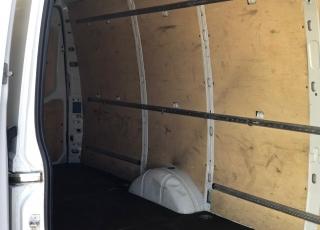 Furgón de ocasión IVECO Daily 35S15V , 150cv de 16m3, del año 2015, con 129.920km, con climatizador, radio cd, elevalunas eléctricos, zona de carga protegida en el suelo y paredes. Con garantía de 12 meses de cadena cinemática.