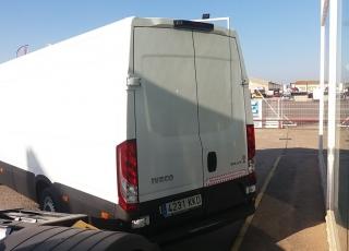 Furgón de ocasión IVECO Daily 35S15V de 16m3, del año 2015, con 82.048km, con climatizador, radio cd, elevalunas eléctricos, zona de carga protegida en el suelo y paredes.