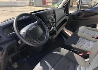 Furgón de ocasión  IVECO Daily 35S16V, de 10.8m3,  del año 2017, con 111.072km,  Equipada con: - Climatizador automático - Radio DAB - Cruice control - Mandos en volante. - Asiento confort. - Antiniebla  Precio 15.500€+IVA, sin garantía con ITV en vigor revisada y con mantenimientos.
