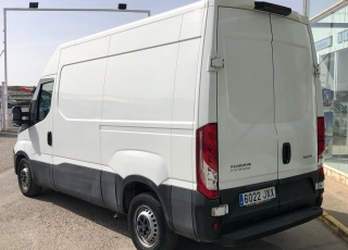 Furgón de ocasión  IVECO Daily 35S16V, de 10.8m3,  del año 2017, con 137.622km,  Equipada con: - Climatizador automático - Radio DAB - Cruice control - Mandos en volante. - Asiento confort. - Antiniebla  Precio 15.500€+IVA, sin garantía con ITV en vigor revisada y con mantenimientos.
