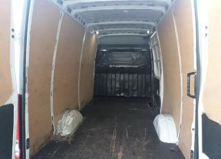 Furgón de ocasión, IVECO Daily 35S16V,  de capacidad 12m3,  del año 2017,  con 170.856km,  con control de velocidad,  climatizador automático, espejos eléctricos, Asiento de conductor confort con suspensión, Radio DAB, Suelo y paredes de carga de madera.  Precio 16.400€+IVA sin garantía, revisada, con mantenimientos e ITV en vigor.