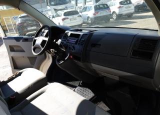 Furgoneta de ocasión Volkswagen Transporter 2.5, del año 2005, 130cv, 378.907km con enganche trasero.