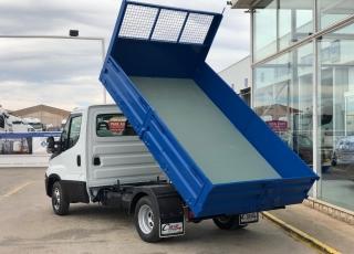 Furgoneta nueva IVECO 35C15 con caja basculante azul. Con ballestas reforzadas con ballestin, climatizador automático, radio bluetooth, mandos en el volante.