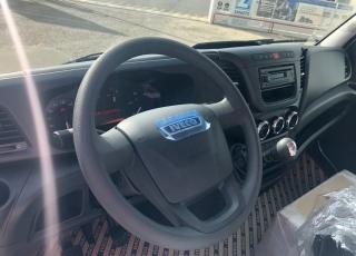 Furgoneta nueva IVECO 35C16 con caja basculante roja. Con rueda de repuesto, ballestas reforzadas con ballestin, climatizador automático, radio bluetooth.