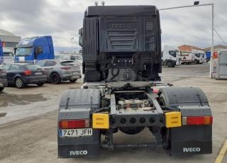 Cabeza tractora IVECO AS440S46TP,  Hi Way,  Euro6,  Techo medio, MANUAL con intarder,  Del año 2015,  Con 403.380km. Neumáticos 315/80R22.5 Con equipo hidraulico. Color negro. Con 12 meses de garantía de cadena cinemática.