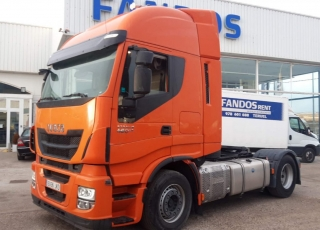Cabeza tractora IVECO AS440S46TP,  Hi Way,  Euro6,  automática con intarder,  Del año 2015,  Con 383.600km. Neumáticos 385/55R22.5 y 315/70R22.5 Color naranja.  Precio 25.000€+IVA, con tractora reacondicionada y con 12 meses de garantía de cadena cinemática.