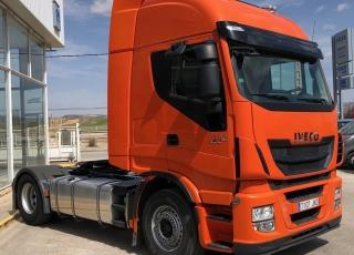 Cabeza tractora IVECO AS440S46TP,  Hi Way,  Euro6,  automática con intarder,  Del año 2015,  Con 374.814km. Neumáticos 385/55R22.5 y 315/70R22.5 Color naranja.  Precio 25.000€+IVA, con tractora reacondicionada y con 12 meses de garantía de cadena cinemática.