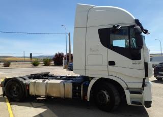 Cabeza tractora IVECO AS440S46TP,  Hi Way,  Euro6,  Automática con intarder,  Del año 2015,  Con 490.874km, Neumáticos 315/70R22.5, ADR.  Precio 25.900€+IVA, con tractora reacondicionada y con 12 meses de garantía de cadena cinemática.