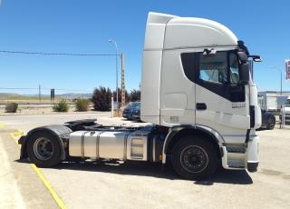 Cabeza tractora IVECO AS440S46TP,  Hi Way,  Euro6,  Automática con intarder,  Del año 2015,  Con 389.816km, Neumáticos 385/55R22.5 y315/70R22.5, Con ADR  Precio 26.900€+IVA, con tractora reacondicionada y con 12 meses de garantía de cadena cinemática.