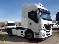 Cabeza tractora seminueva IVECO AS440S48TP, Euro6, automática del año 2015 con solo 209.190km, con carenados laterales, volante de cuero, aire acondicionado nocturno, frigorífico...