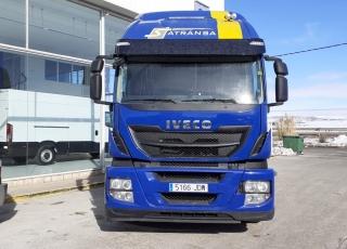 Cabeza tractora IVECO  Modelo AT440S46TP Hi Road Euro6, MANUAL con intarder, del año 2015, con 565.625km. Neumáticos 385/65R22.5 y 315/80R22.5  Precio sin impuestos, con tractora reacondicionada y con 12 meses de garantía de cadena cinemática.