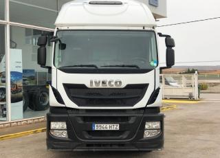 Cabeza tractora IVECO AT440S46TP, Hi Road, automática con intarder, de 20/12/2013, con 586.375km. Cabina estrecha con cama.