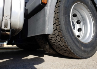 Cabeza tractora IVECO Hi Way AS440S46T/P, automática con intarder, del año 2013, con 459.518km, con 12 meses de garantía de cadena cinemática. Precio sin impuestos.