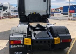 Cabeza tractora seminueva IVECO Hi Way AS440S46T/P, automática con intarder, de 2015, con 383.855km.