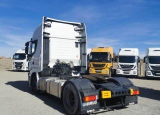 Cabeza tractora  IVECO Hi Way AS440S48T/P Euro 6,  Automática con intarder,  Del año 2015, con 585.306km Neumáticos 315/70R22.5  Precio sin impuestos, con tractora reacondicionada y con 12 meses de garantía de cadena cinemática.