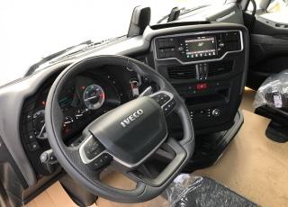 Nueva Tractora  IVECO S-WAY AS440S51TP: - Motor Cursor 13, 510cv. - Automática con intarder. - Climatizador. - Calefactor suplementario. - Depósito combustible 1260 litros. - Adblue 135 litros. - 2 literas  - Apoyabrazos  - Asiento pasajero neumático. - Partes Plásticas Color Cabina (Blanco). - Spoilers laterales y de techo. - Frigo Premium. - Quinta rueda TEFLÓN R 2 H=150mm + 50mm.  - Abatimiento Cabina asistido. - Bocina neumática en chasis. - Volante en piel. - Cierre centralizado. - GPS predictivo y FMS. - Nuevas luces de ambiente LED. - Visera externa. - Calderines de aluminio. - Baterias 220A. - Luces antiniebla función cornering. - INFOTAINMENT+ DSE + DAS.