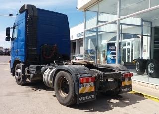 Cabeza tractora de ocasión VOLVO FH42 440, automática, 1.342.826km del año 2008 con equipo hidráulico. Precio sin impuestos.