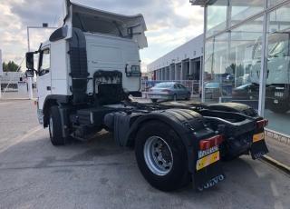 Cabeza tractora de ocasión VOLVO FM42 400, automática y con equipo hidráulico, 1.151.432km del año 2006. Precio sin impuestos.