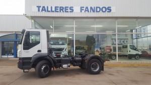 Entrega de cabeza tractora de obras de ocasión IVECO AD400T41 con suspensión de ballestas, para Alcobendas, Madrid.  Tenemos otra tractora igual, puedes ver sus características aquí: https://www.talleresfandos.com/segunda-mano-ocasion-usados/camiones-pesados/tractora-iveco-ad400t41-tractor-unit-iveco-ad400t41-1/