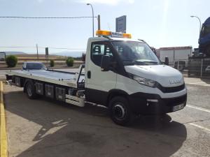 Furgoneta nueva IVECO Daily 70C17 de 7.2Tn de MMA con una plataforma de rescate en carretera. Entregada en La Puebla de Valverde en Teruel.