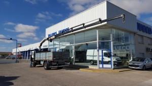 Entrega de camión de ocasión Volvo, con caja fija de 5.5 metros, y una grúa PM14 con 5 prolongas y cabrestante, para Portugal.
