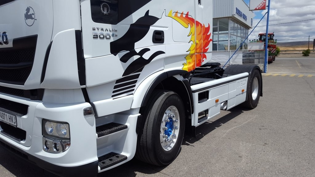 abeza tractora de ocasión  IVECO AS440S50TP Hi Way,  personalizada con los míticos Pegaso