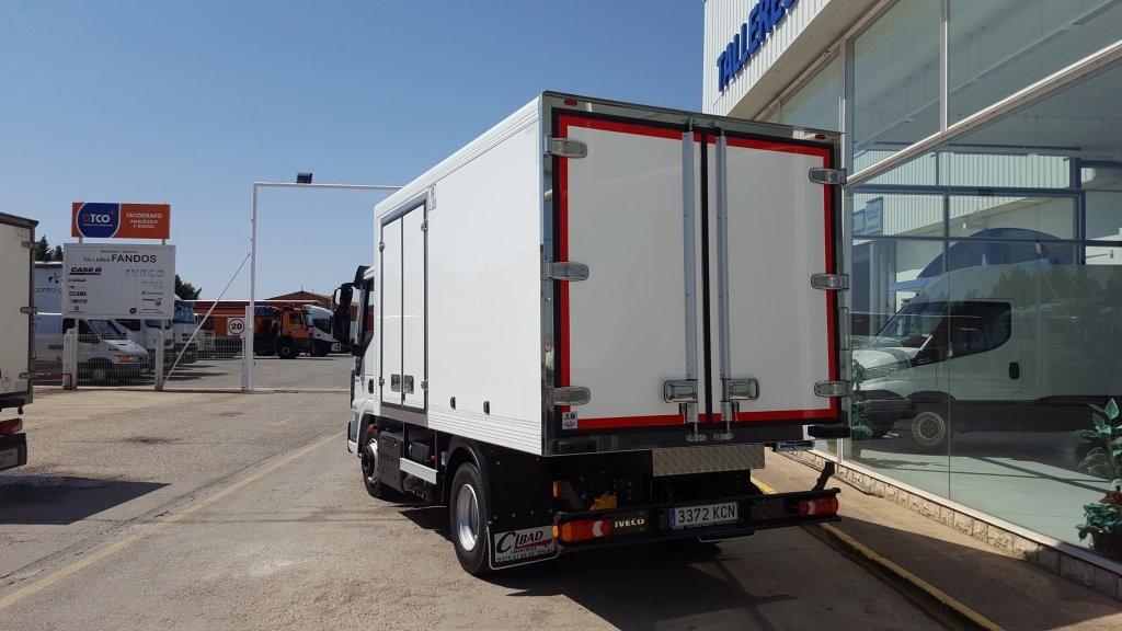 Entrega de IVECO Eurocargo ML100E22 nuevo, con caja isotermo para el reparto de bebidas y productos alimentarios.